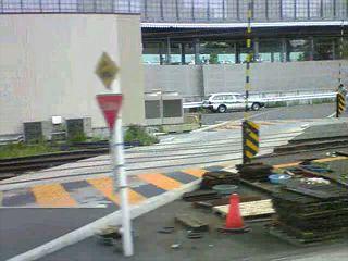 070904 きしゃにちゅうい:品川駅物件を車内から撮ってみた