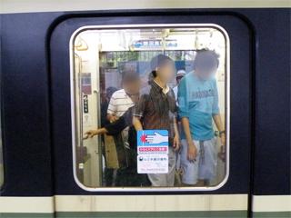 20110619 [江ノ電][Rail] 銀色の客用ドア窓押さえ、増殖中:ついに2000形も  (2002F)